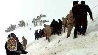 أفراد الإنقاذ يساعدون من حوصروا بعد الانهيار الثاني