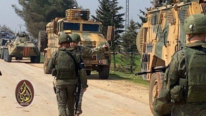 مسلحون في إدلب يهدون الأتراك و القوات الروسية بقطع رؤوسهم